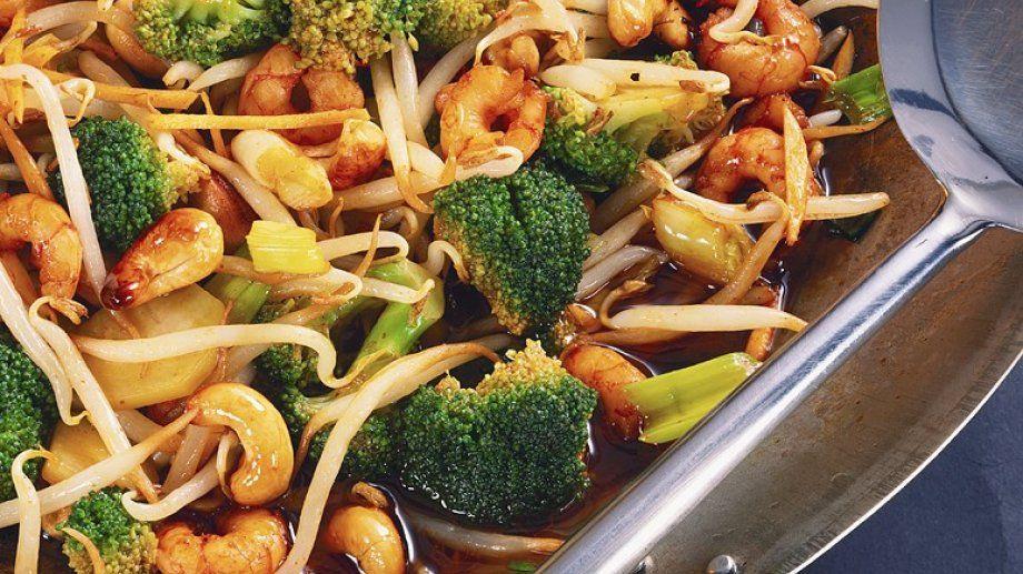 Shrimps mit Brokkoli und Sprossen aus dem Wok - smarter - Zeit: 15 Min. | eatsmarter.de