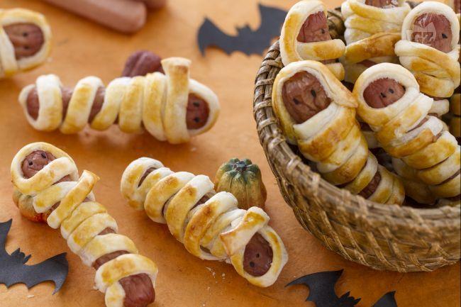 I wurstel mummia sono dei gustosi finger food, semplici e velioci da preparare, ideali da realizzare in occasione della festa di Hallowen.