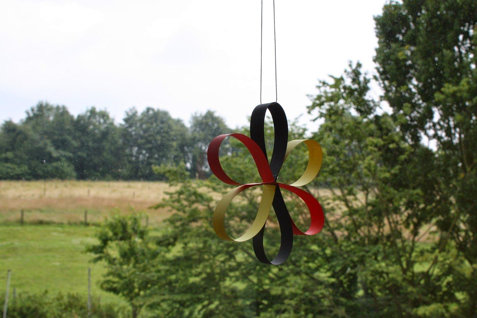 Materialwerkstatt fensterdeko f r den sommer blumen aus papierstreifen basteln fr hling - Fensterdeko sommer ...
