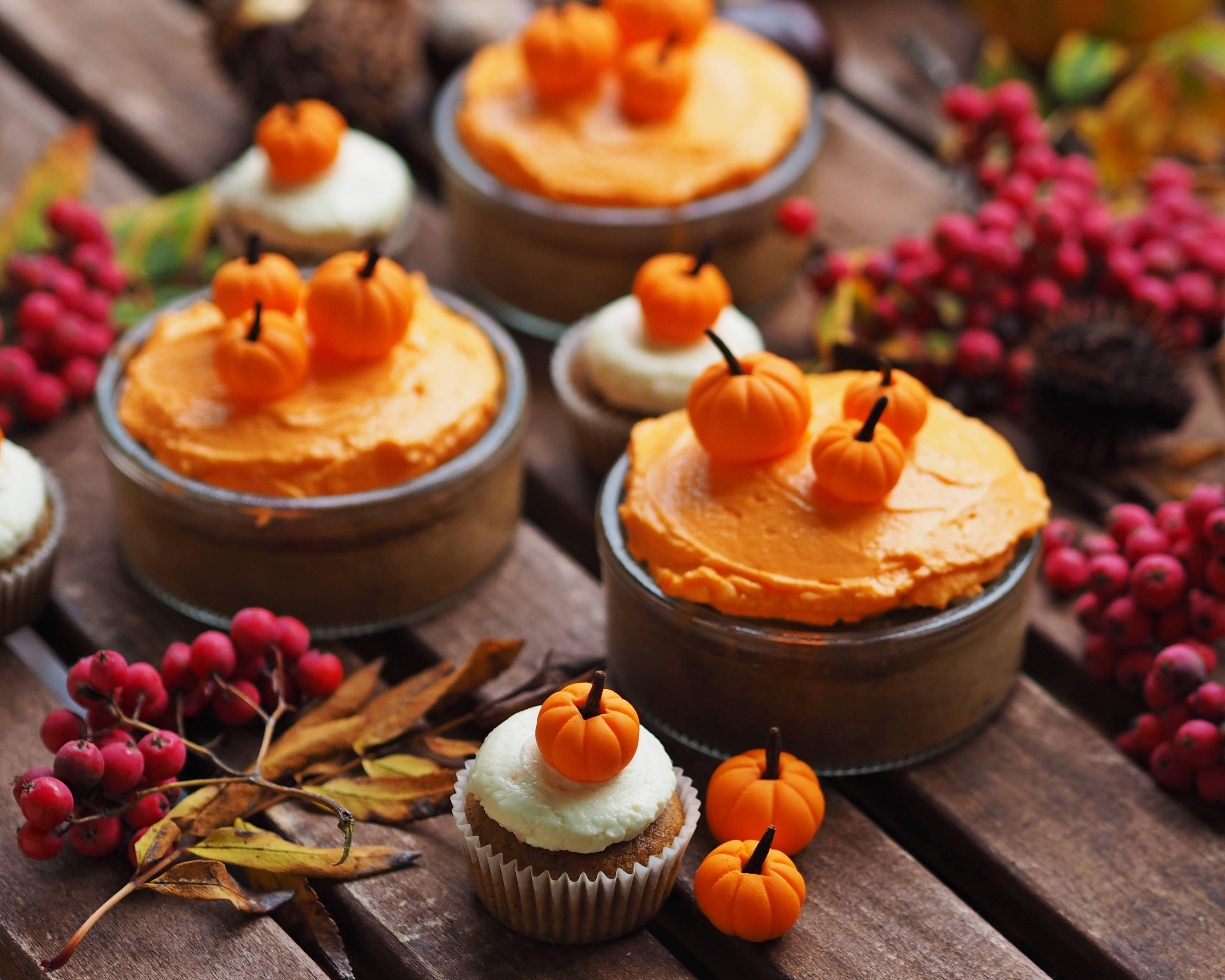 REB'S KITCHEN: pumpkin cupcakes & mini cakes