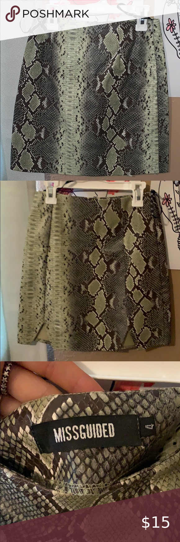 snake print skirt bodycon style skirt tag says 4 but fits like a US 0/2 Missguid…
