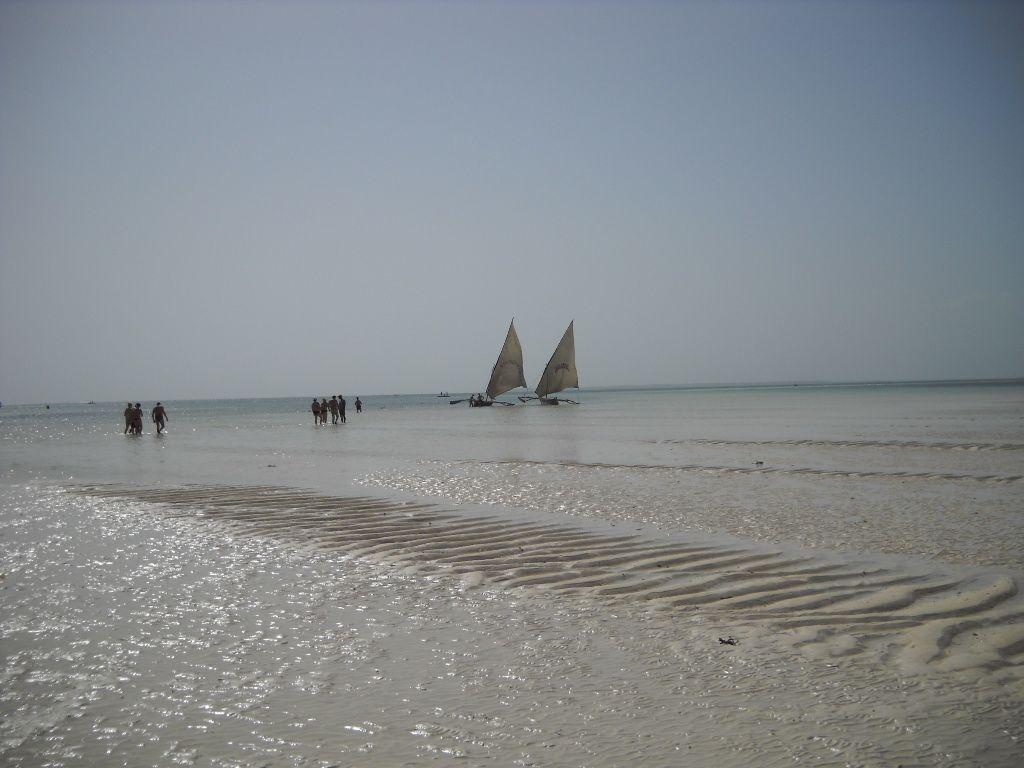e si trova il mare con due barche