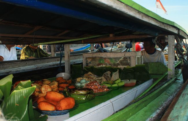 Food vendor in float market Muara Kuin, Banjarmasin-South Kalimantan