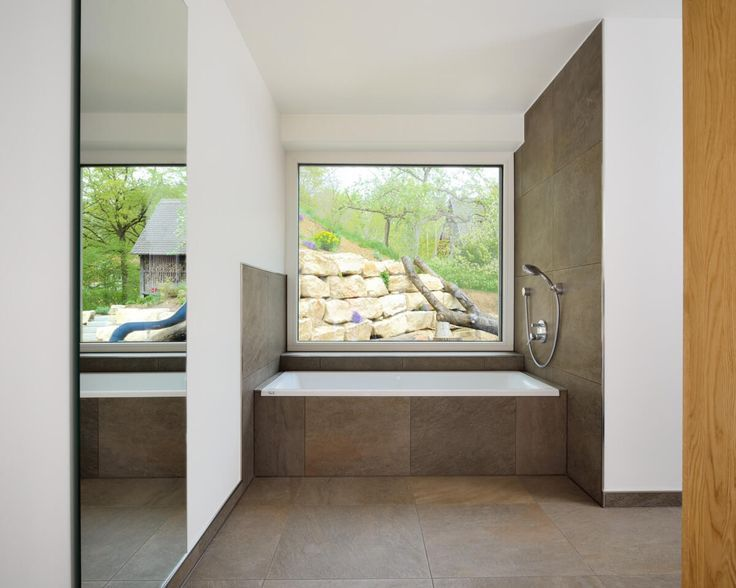 badewanne mit fliesen verkleidung unter fenster badezimmer ideen einfamilienhaus anbau. Black Bedroom Furniture Sets. Home Design Ideas