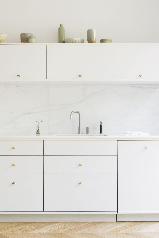 A Warm Minimalist Duplex In Brooklyn By Architect Elizabeth Roberts Remodelista Minimal Kitchen Interior Design Kitchen Minimalist Kitchen