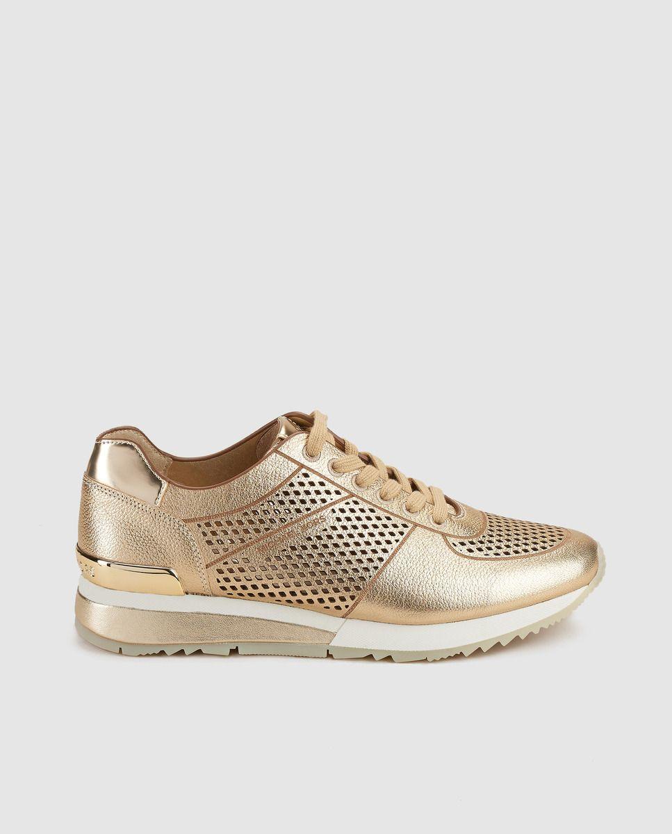 2b2a24a6f88d3 Zapatillas de piel de mujer Michael Kors de color oro con efecto metalizado.  Modelo Tilda Trainer.