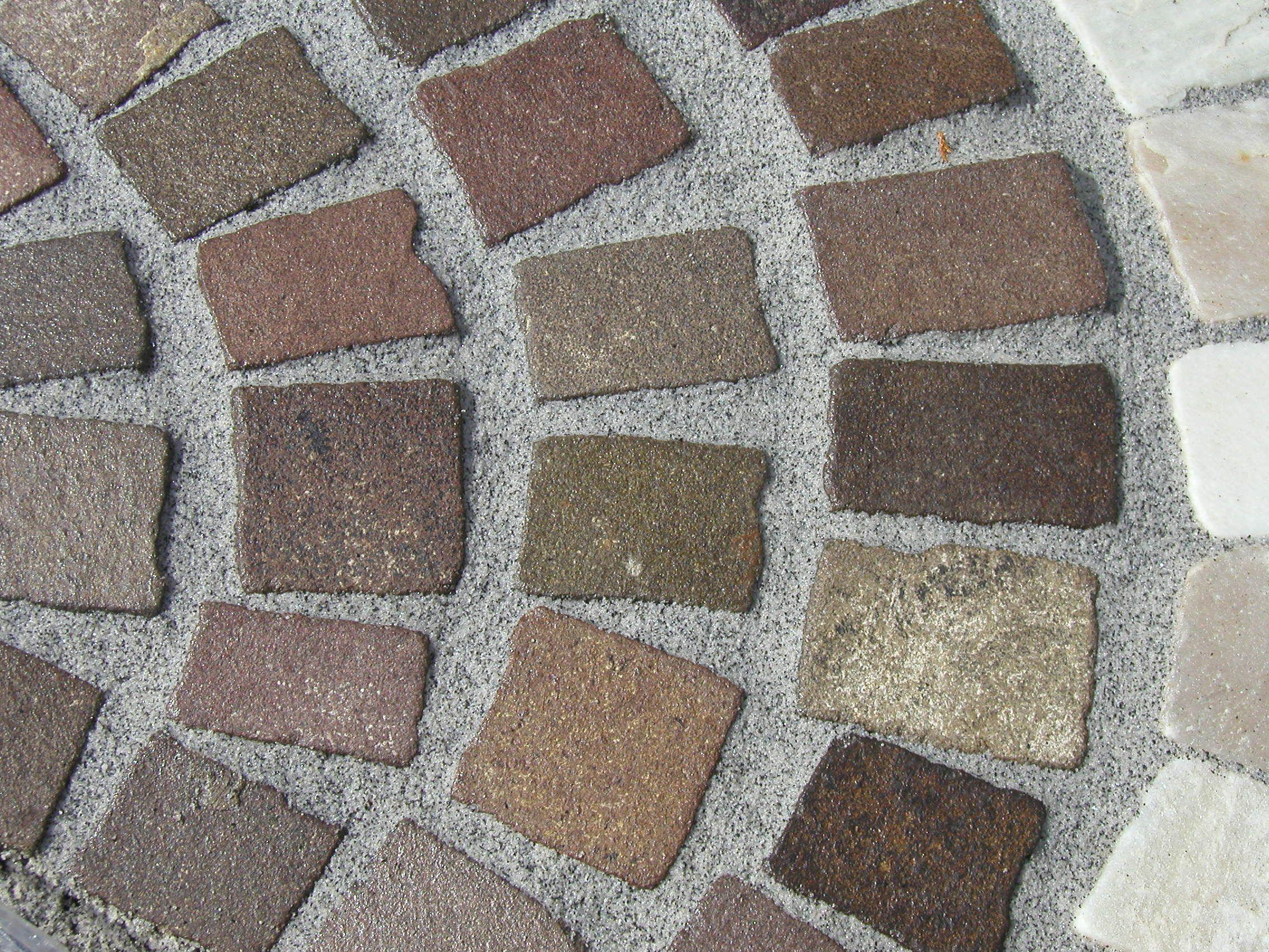 buntes 10 x 10er granitpflaster mit einem fugenmörtel in der farbe