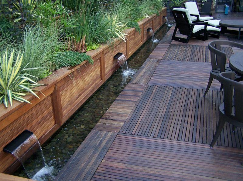 wasserspiele im garten bachlauf terrasse wasserfall holz boden