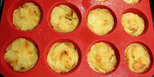 De her kartofler i muffinsforme, der pensles med smør og lægges lagvis i formene, er det ultimative tilbehør til f.eks. kød eller fisk. De er både flotte at servere, og så smager de gudeskønt.