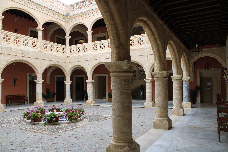panorámica del patio interior del castillo de Luna