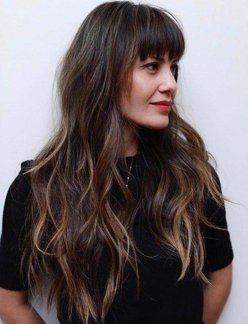 50 tagli di capelli a strati lunghi carini e facili con frangia
