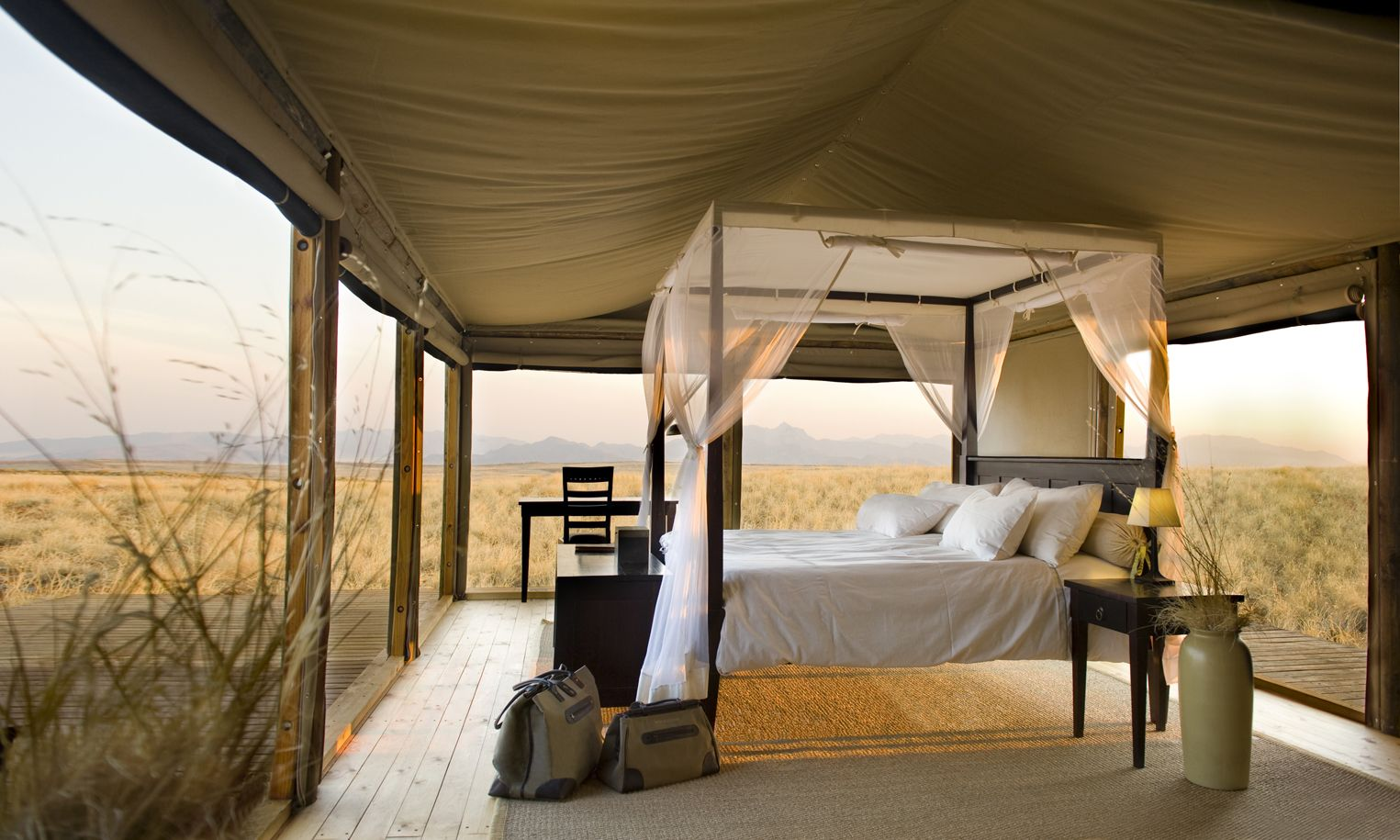 10 extraordinary hotel beds Hotel bed, Glamping, Luxury