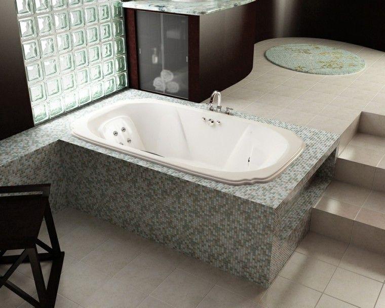 Ba o moderno con ba era rodeada por mosaico ba os for Banos modernos con banera