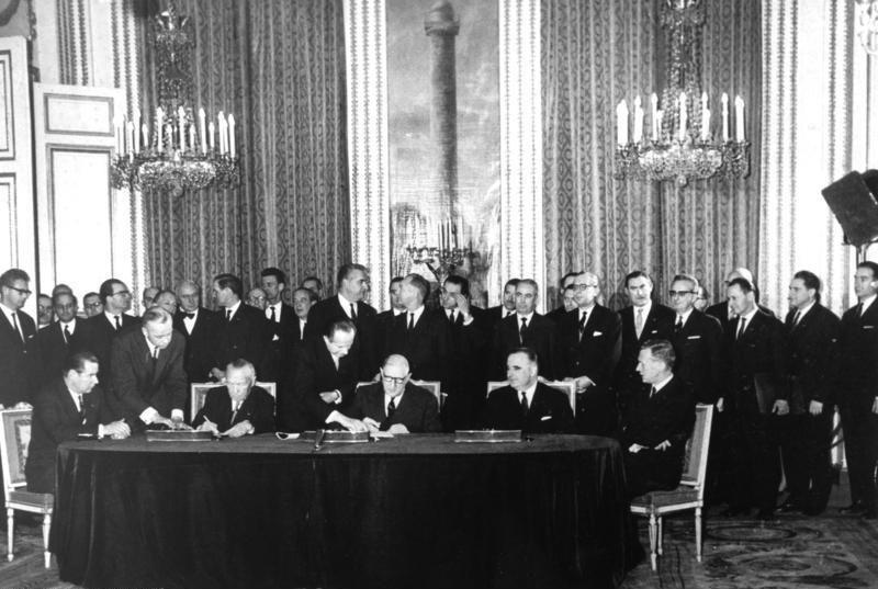 Bundesarchiv B 145 Bild-P106816, Paris, Unterzeichnung Elysée-Vertrag - Palais de l'Élysée — Wikipédia