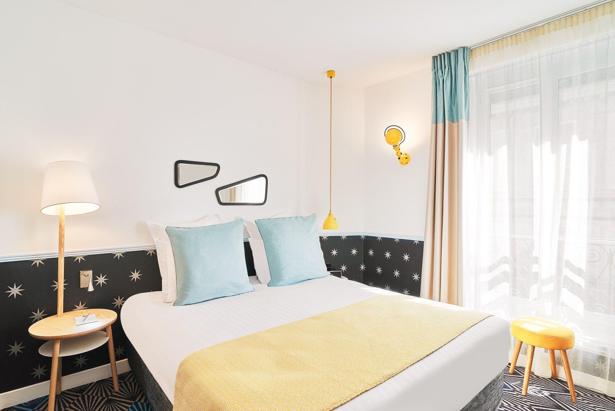Josette Fait Bonne Figure Dans La Chambre De L Hotel Parisien