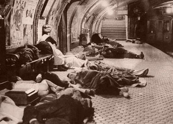Refugiados en el metro de Madrid durante la Guerra Civil