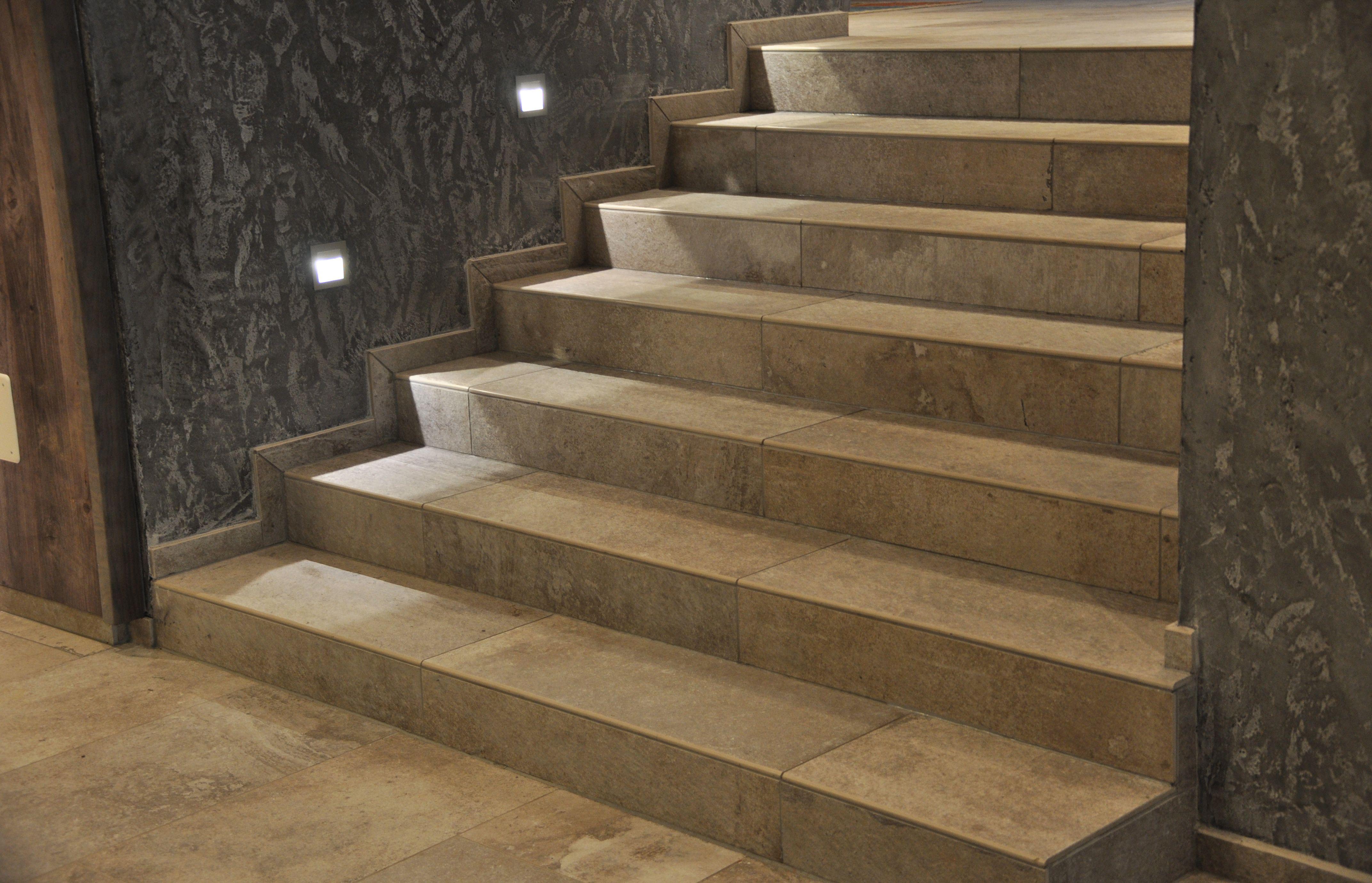 treppe aus feinsteinzeug fliesen mal nicht im fugenschnitt verlegt fliesen treppe fliesen. Black Bedroom Furniture Sets. Home Design Ideas