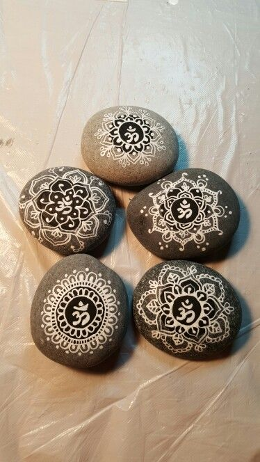 mandala stones pierre du coeur mandalas pinterest cailloux galets. Black Bedroom Furniture Sets. Home Design Ideas