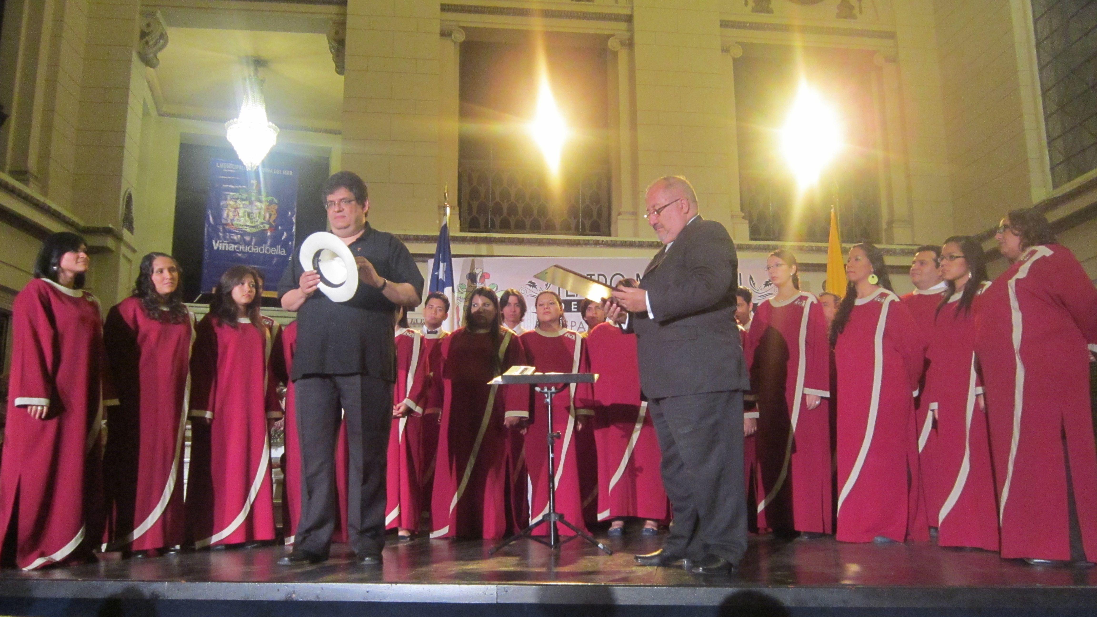 Entrega de obsequios para nuestro querido Arturo Huerta, gracias por hacernos sentir como en casa en Chile.