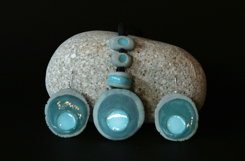 """Collana e orecchini """"Materici"""". Ceramica - tecnica mista- e terre fusibili.  By Laboratorio Elementi"""