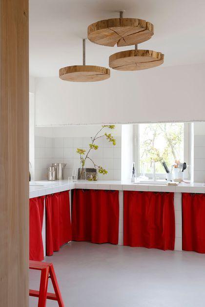 je relooke mes vieux meubles de cuisine en remplacant les portes par de jolis rideaux