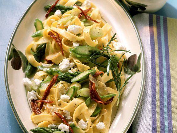 Rezept: Pasta mit Spargel, Tomaten und Feta