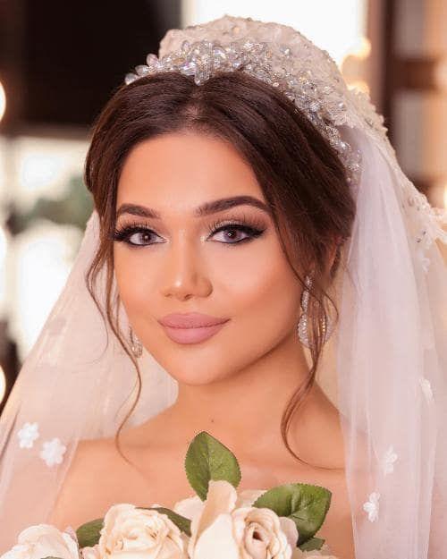 Das neueste Braut-Make-up-Modell mit professionellen Friseurmethoden