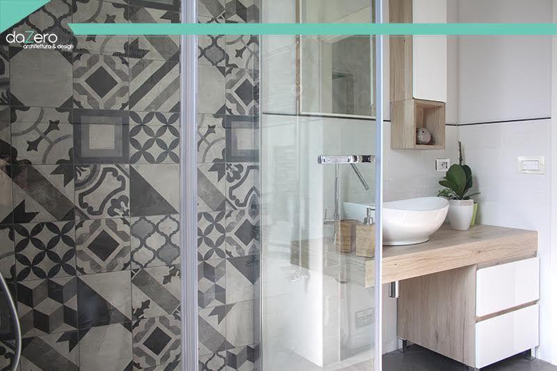 Bagno minimal con piastrelle con decoro geometrico bagno