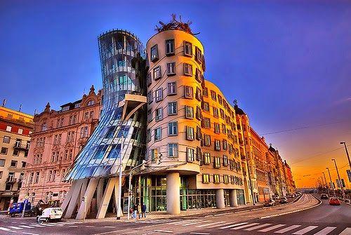 Los 15 Arquitectos Contemporáneos Más Famosos Del Mundo Unusual Buildings Prague Dancing House Amazing Buildings