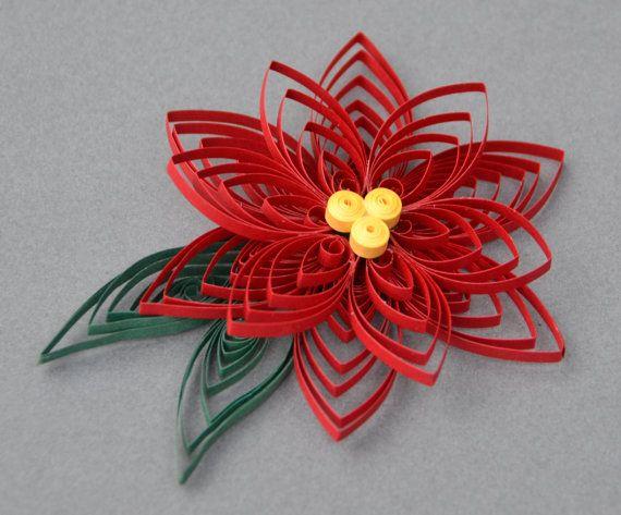 Il s'agit d'un ornement de Noël piquants à la main dans une conception de fleur de poinsettia. Il est fait avec du papier jaune, rouge, vert et nacré. L'ornement est 4 de diamètre et est scellé pour augmenter la durabilité, donc vous pouvez profiter de cet ornement pour les années à venir ! Ce serait grand accrocher sur votre arbre de Noël cette année, ou comme un cadeau pour quelquun de spécial !  Je peux faire cette conception dans n'importe quelle couleur ou quantité fourni suffisamment…