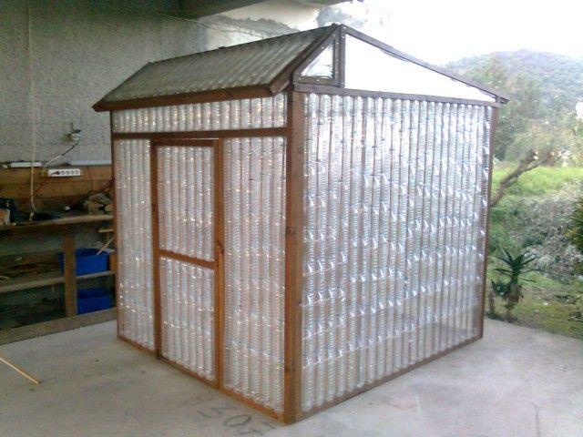 Une serre en bouteilles de plastique pour 2 francs six sous! Serre - construire une cabane de jardin en bois