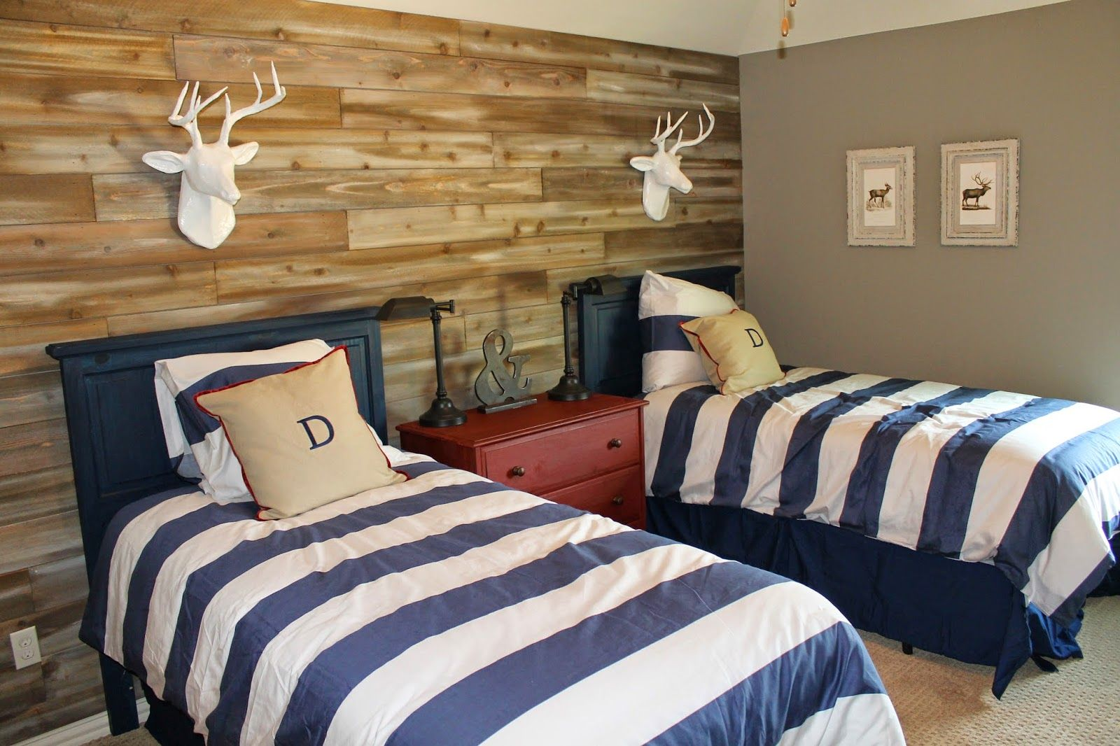 Wood feature walls woodland themed boys room shared for Room design 2 twin beds