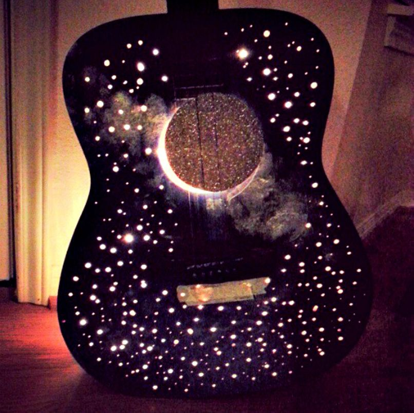 10 Ingenious Repurpose Old Guitar Ideas To Rock Your Room Decoration Talkdecor Guitar Light Guitar Lamp Room Decor