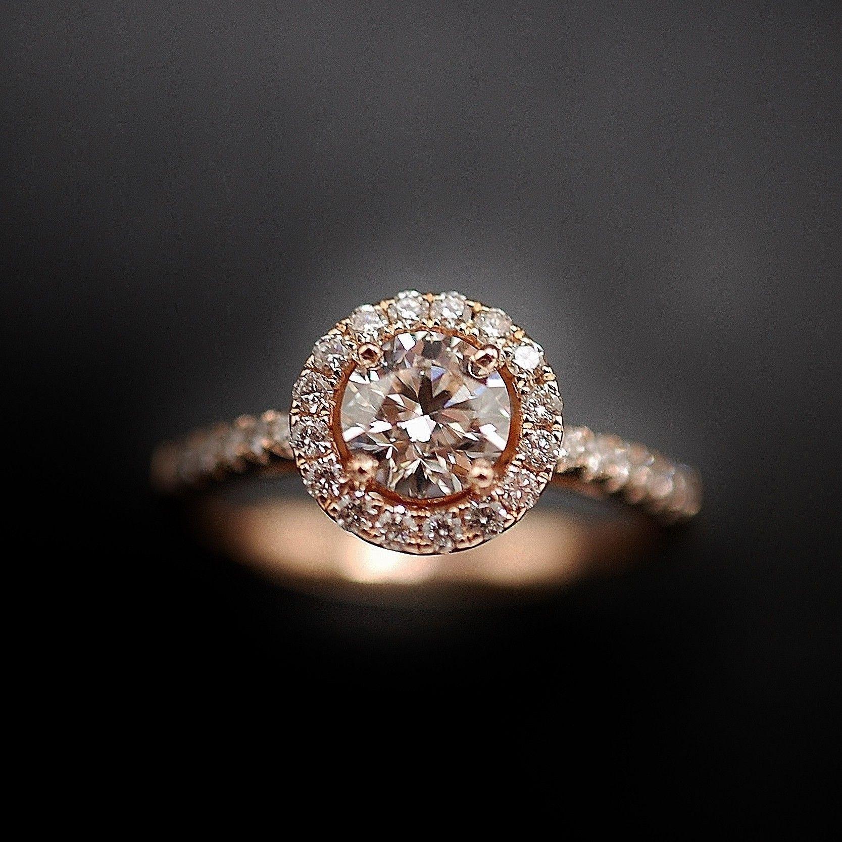 à vendre : 3300€ Solitaire en or rose 18k avec un Diamant naturel taille brillant de 0,72 Cts Couleur : F ( Extrablanc +) Pureté : VS2 (Très petites inclusions) diamètre pierre 5.7 mm Entourée de diamants brillants soit 0.30 Ct qualité G-VS poids : 3.90 gr .Taille : 53 Livré avec certificat GIA mise à la taille offerte Vendu avec Facture