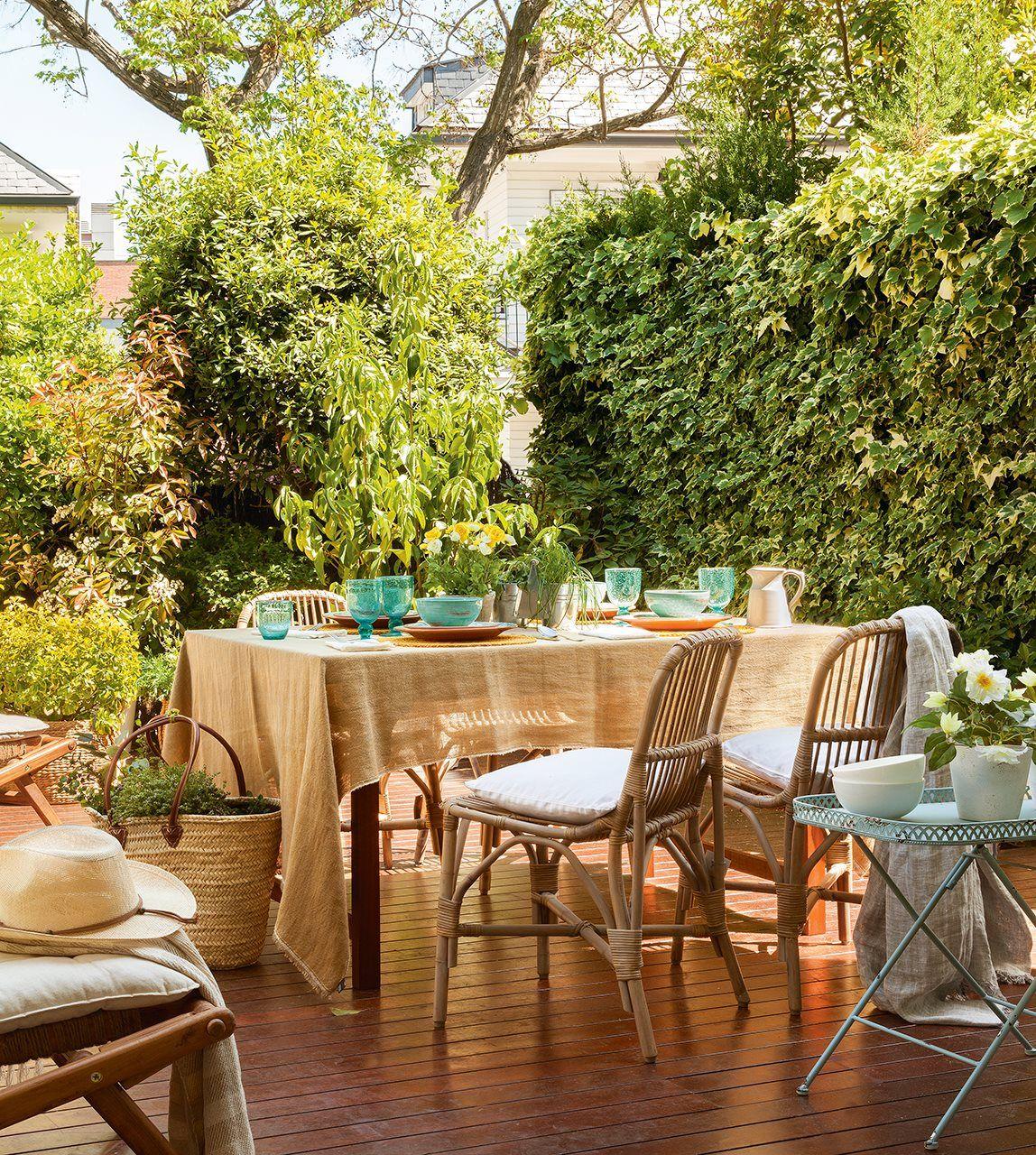 Reforma De Una Casa Con Terraza Llena De Plantas Y Color