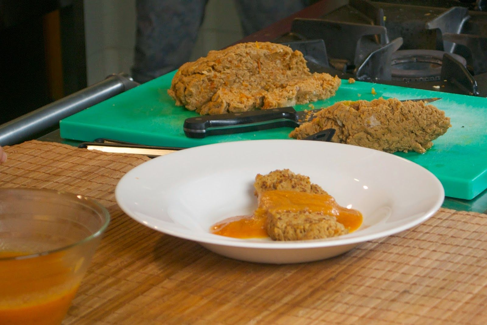 Seitán con tomate seco y un toque ahumado, con salsa de verduras.