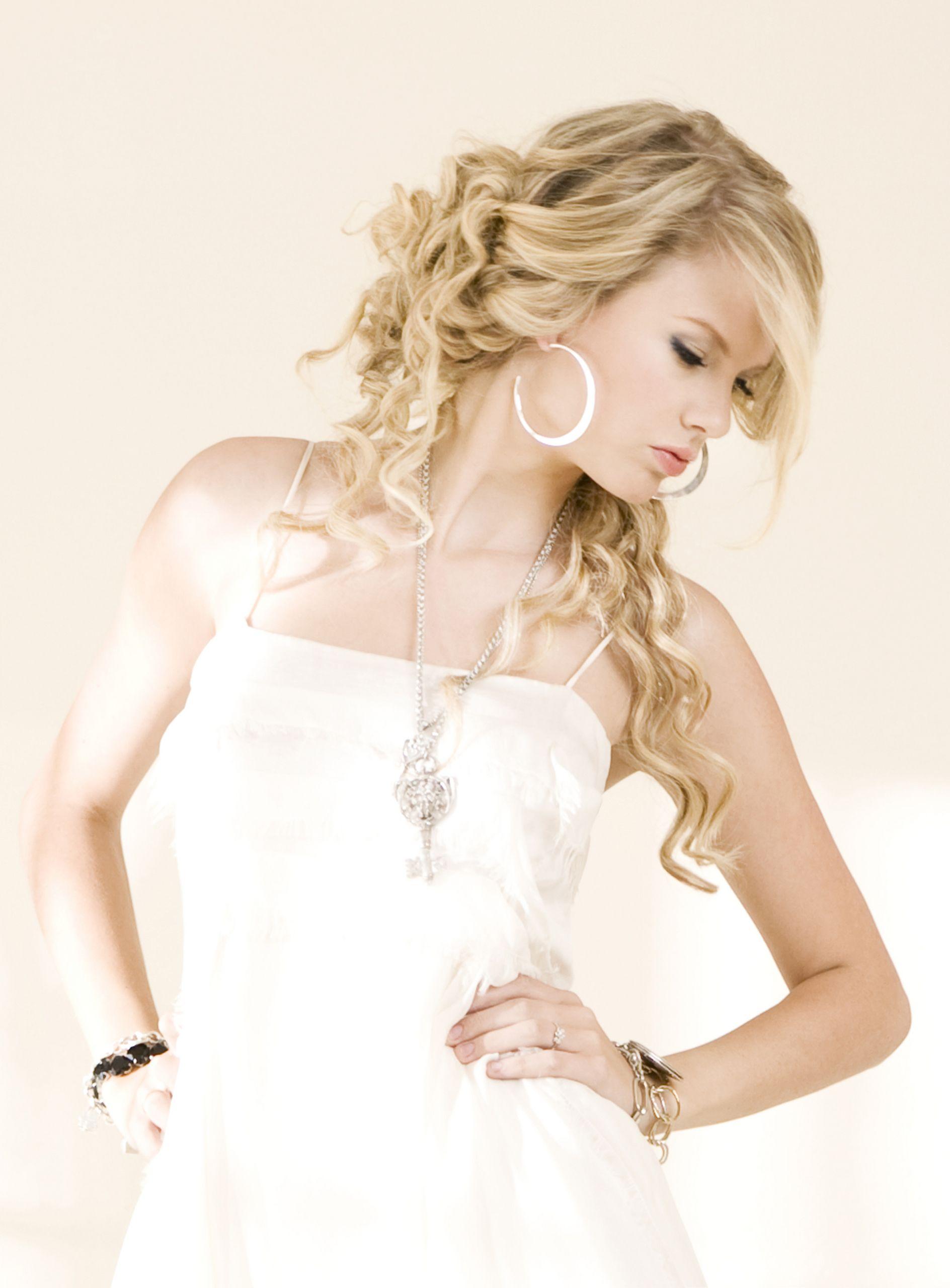 Fearless Taylor Swift Album Photo Fearless Photoshoot Taylor Swift Album Taylor Swift Hair Taylor Swift Fearless