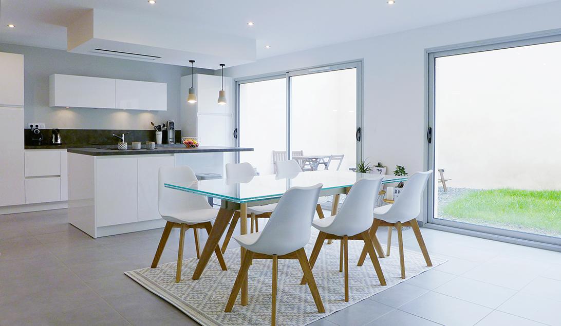 espace de vie multifonction cuisine ouverte sur la salle manger avec lot central table avec. Black Bedroom Furniture Sets. Home Design Ideas