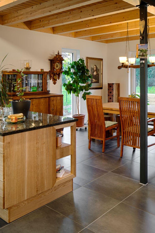 offene Küche-Diese Küche überzeugt mit ihrem großzügigen Schnitt. Die integrierte Kochinsel, die sichtbare Leimholzdecke und die Stahlpfeiler machen diese Küche zum einem beliebtem Aufenthaltsort für Familie und Freunde #küche #küchenDesign #küchenIdeen  Das schönste Bild für  baustil landhaus , das zu Ihrem Vergnügen passt Sie suchen etwas und haben nicht das beste Ergebnis erzielt. Wenn Sie  baustil epochen  sagen, wird Sie hier das schönste Bild faszinieren. Wenn Sie sich unser Dashboard ans