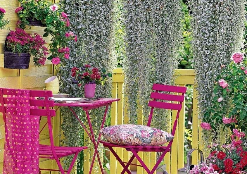 Abbellire un terrazzo - Terrazzo con arredi colorati e piante | Terrazzo