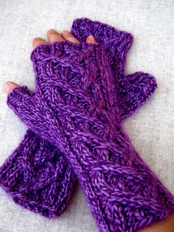 Fingerlose Handschuhe mit Zopfmuster lila und violett, handgestrickt ...