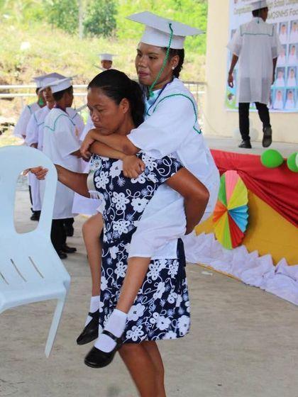 viral ibu gendong putri yang lumpuh saat wisuda bikin