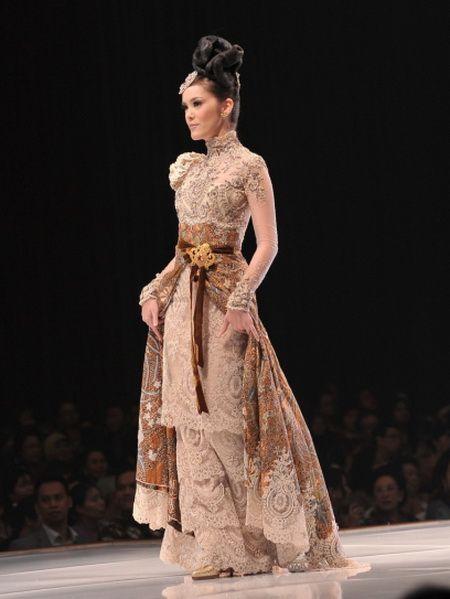 Gaun Pesta Dari Batik Modifikasi Dengan Brokat Brokat Lace Kebaya