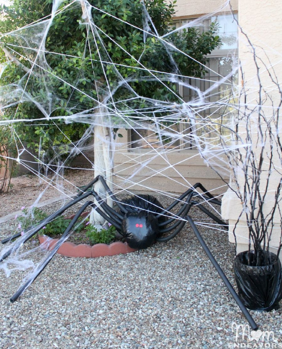 diy halloween decorations spooky spider web and a giant spider - Diy Scary Halloween Decorations For Yard