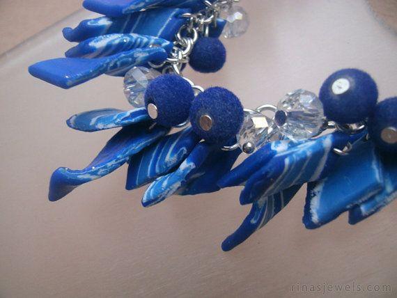 He encontrado este interesante anuncio de Etsy en https://www.etsy.com/es/listing/260590182/blue-charm-bracelet-blue-polymer-clay