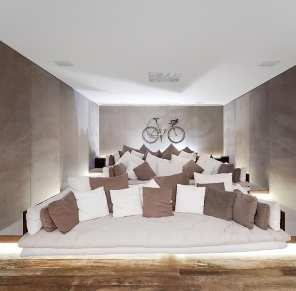 This is such a cool home theater. No ugly column/ speaker ...