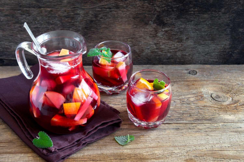 De Tapas A Paella Veja 10 Receitas Para Fazer Um Jantar Espanhol Em Casa Sangria Receita Receitas De Sangria Vermelha Receitas