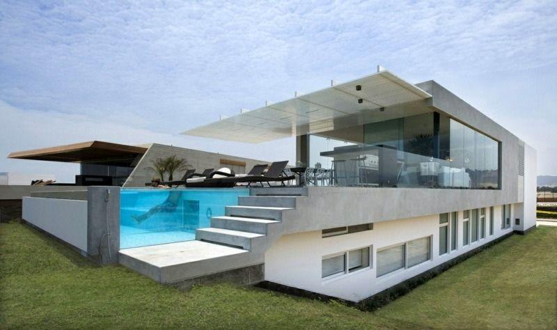 Architecture moderne dune maison avec piscine à paroi en verre