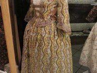 Bourgeoise second Empire, jupe et caraco en soie imprimée à la planche, Manches en pagodes Origine : Provence vers 1850