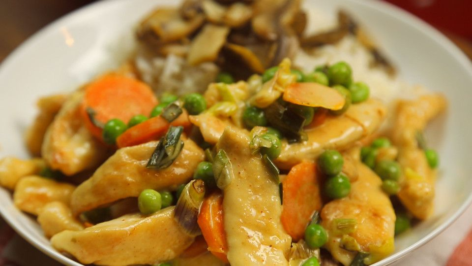 Recipe with video instructions: Chicken Stroganoff recipe Ingredients: 1.2 kg chicken, Flour, 50 g of Butter, 6 green onions, 2 carrots, 1 cup of vegetable soup, 1/2 cup of white wine, 200 cc cream, 1 teaspoon of sweet paprika, 200 g of peas, Oil, Salt and pepper, To accompany, 300 g of mushrooms, 50 g of butter, 500 g rice